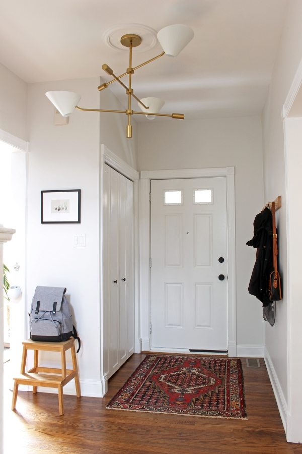 entryway-rug-and-chandelier